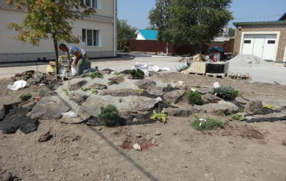 34Процесс создания каменистого садика