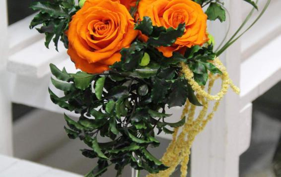 Розы, амарант и питоспорум в бокале